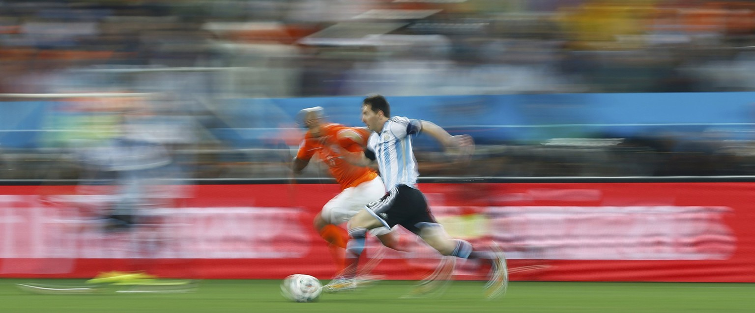 Nigel de Jong of the Netherlands (L) fights for the ball with Argentina's Lionel Messi during their 2014 World Cup semi-finals at the Corinthians arena in Sao Paulo July 9, 2014. REUTERS/Dominic Ebenbichler (BRAZIL  - Tags: SOCCER SPORT WORLD CUP TPX IMAGES OF THE DAY)      TOPCUP