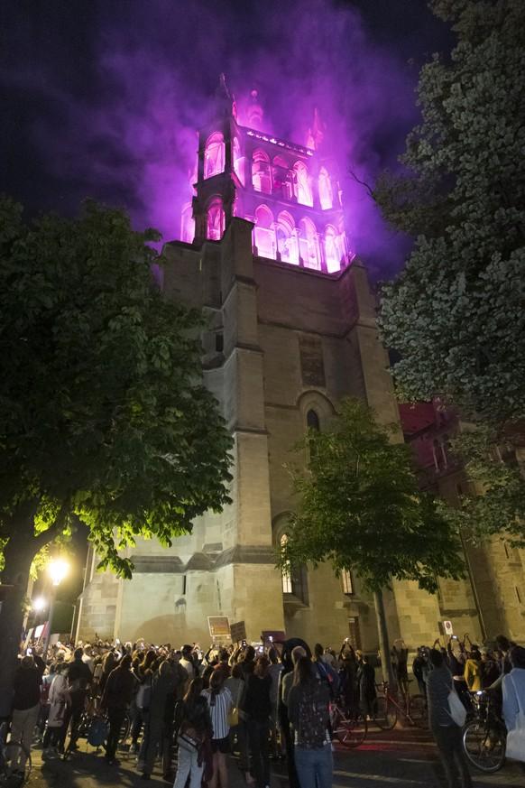 La Cathedrale de Lausanne est illuminee en violet lors d'une action de lancement de la greve des femmes / greve feministe ce vendredi 14 juin 2019 a Lausanne. (KEYSTONE/Laurent Gillieron)