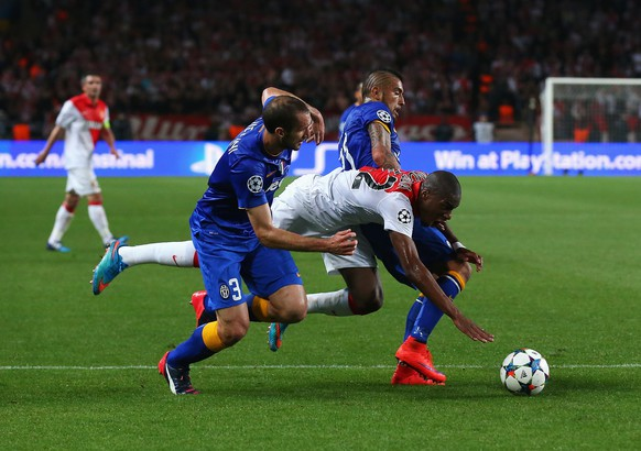 MONACO - APRIL 22: Geoffrey Kondogbia of Monaco goes down in the penalty area after a challenge by Giorgio Chiellini (L) and Arturo Vidal of Juventus during the UEFA Champions League quarter-final second leg match between AS Monaco FC and Juventus at Stade Louis II on April 22, 2015 in Monaco, Monaco.  (Photo by Alex Livesey/Getty Images)