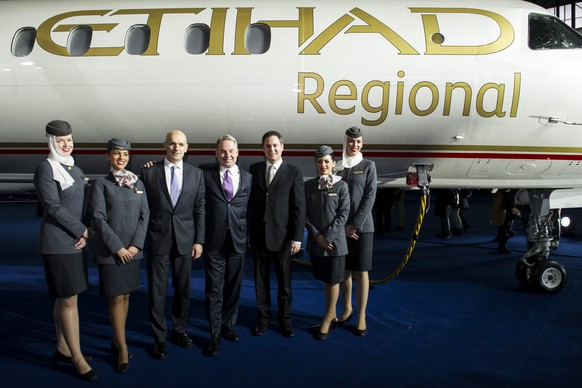 ARCHIV --- ZUR EINSTELLUNG VON VIER FLUGSTRECKEN BEI ETIHAD REGIONAL STELLEN WIR IHNEN FOLGENDES BILD ZUR VERFUEGUNG --- James Hogan, President and Chief Executive Officer Etihad Airways, center, Maurizio Merlo, Chief Executive Officer Darwin Airline, center left, and Peter Baumgartner, Chief Commercial Officer Etihad Airways, center right, pose during the Etihad Regional Launch on the Airport in Zuerich, Switzerland, Thursday, January 16, 2014. Etihad Airways, the national carrier of the United Arab Emirates, launched its first branded regional operation, after taking a 33.3 per cent stake in Swiss carrier Darwin Airline and rebranded it as Etihad Regional. Etihad Airways will also launch daily services on June 1, 2014 from Abu Dhabi to Zurich. (KEYSTONE/Ennio Leanza)..