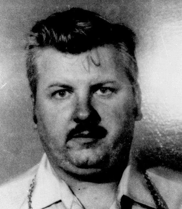 Ein vor etwa 45 Jahren von einem Serienmörder in den USA getöteter Mann ist jetzt dank eines Backenzahns und moderner DNA-Technologie identifiziert worden. John Wayne Gacy (hier auf einem Foto aus dem Jahr 1978) war 1980 wegen Vergewaltigung und Mordes an 33 Jungen und jungen Männern schuldig gesprochen worden. 1994 wurde mit einer Giftspritze hingerichtet.