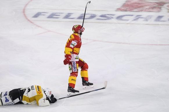 L'attaquant biennois Jacob Micflikier, droite, laisse eclater sa joie apres le 3:2 a cote de la deception de l'attaquant luganais Sebastien Reuille, gauche, lors de la rencontre du championnat suisse de hockey sur glace de National League entre le EHC Biel-Bienne et le HC Lugano ce samedi 18 novembre 2017 a la Tissot Arena a Bienne. (KEYSTONE/Jean-Christophe Bott)