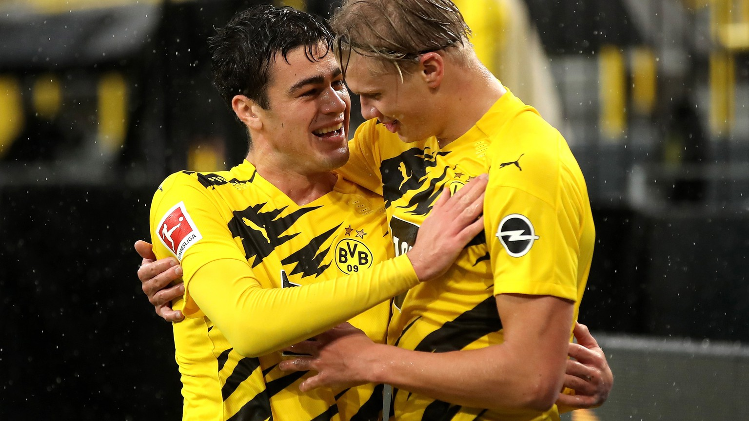 epa08717694 Dortmund's Erling Haaland (R) celebrates scoring the first goal with Dortmund's Giovanni Reyna (L) during the German Bundesliga soccer match between Borussia Dortmund and SC Freiburg in Dortmund, Germany, 03 October 2020.  EPA/FRIEDEMANN VOGEL CONDITIONS - ATTENTION: The DFL regulations prohibit any use of photographs as image sequences and/or quasi-video.