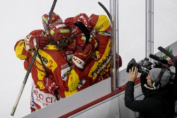 Joie des jouers biennois apres le 2:1 marque par l'attaquant biennois Jacob Micflikier, lors de la rencontre du championnat suisse de hockey sur glace de National League entre le EHC Biel-Bienne et le HC Lugano ce samedi 18 novembre 2017 a la Tissot Arena a Bienne. (KEYSTONE/Jean-Christophe Bott)