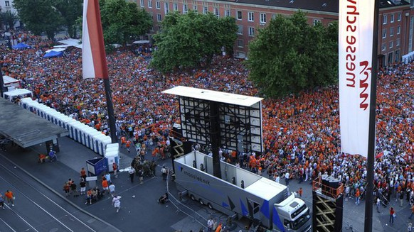 Thousands of soccer fans watch the Euro 2008 European Soccer Championship quarter final match between Holland and Russia in a public viewing zone on the Messeplatz in the city center of Basel, Switzerland on Saturday, June 21, 2008. (KEYSTONE/Georgios Kefalas)
