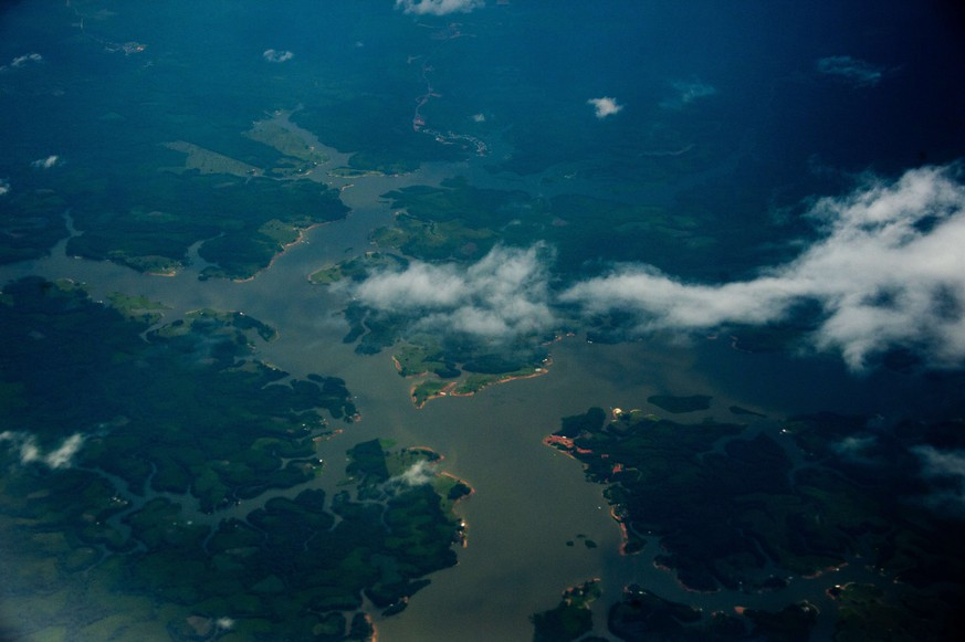 (FILES) Aerial view of the Amazon river, Amazonas state, Brazil on December 12, 2013. Police in Brazil have broken up an Amazon deforestation gang considered the worst currently active, officials said on August 28, 2014. AFP PHOTO / Christophe Simon