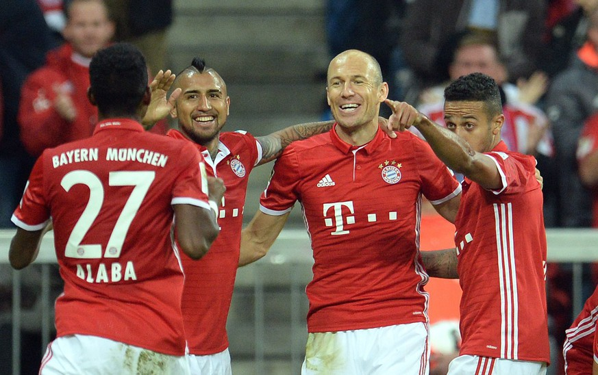 epa05551076 Munich's Arjen Robben (2-R) celebratets after scoring the 3-0 goal during the German Bundesliga soccer match between Bayern Munich and Hertha BSC Berlin at the Allianz Arena in Munich, Germany, 21 September 2016.  EPA/Andreas Gebert (EMBARGO CONDITIONS - ATTENTION: Due to the accreditation guidelines, the DFL only permits the publication and utilisation of up to 15 pictures per match on the internet and in online media during the match.)