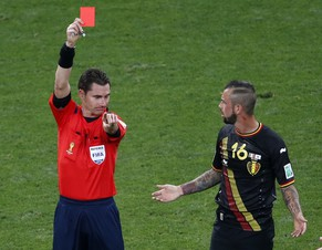 Referee Benjamin Williams of Australia shows Belgium's Steven Defour the red card during their 2014 World Cup Group H soccer match against South Korea at the Corinthians arena in Sao Paulo June 26, 2014. REUTERS/Paulo Whitaker (BRAZIL  - Tags: SOCCER SPORT WORLD CUP)       TOPCUP