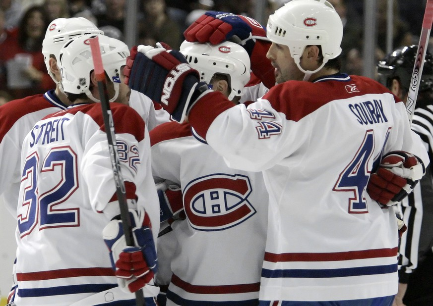 Montreal Canadiens defenseman Sheldon Souray (44) celebrates with teammates, including Mark Streit, of Switzerland, after scoring a first-period power play goal against the Tampa Bay Lightning during an NHL hockey game Wednesday night, Nov. 15, 2006, in Tampa, Fla.. (KEYSTONE/AP Photo/Chris O'Meara)