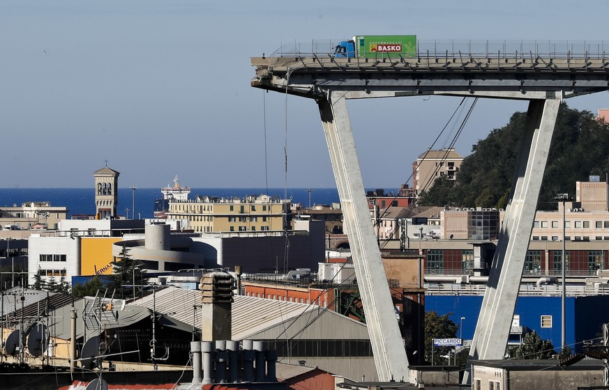 BILDPAKET -- ZUM JAHRESRUECKBLICK 2018 AUGUST, STELLEN WIR IHNEN HEUTE FOLGENDES BILDMATERIAL ZUR VERFUEGUNG -- A view of the Morandi highway bridge that collapsed in Genoa, northern Italy, Wednesday, Aug. 15, 2018. A large section of the bridge collapsed over an industrial area in the Italian city of Genova during a sudden and violent storm, leaving vehicles crushed in rubble below. (AP Photo/Antonio Calanni)