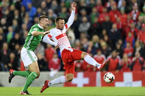 Northern Ireland's defender Gareth McAuley, left, fights for the ball with Switzerland's forward Haris Seferovic, right, during the 2018 Fifa World Cup play-offs first leg soccer match Northern Ireland against Switzerland at Windsor Park, in Belfast, Northern Ireland, Britain, Thursday, November 9, 2017. (KEYSTONE/Laurent Gillieron)
