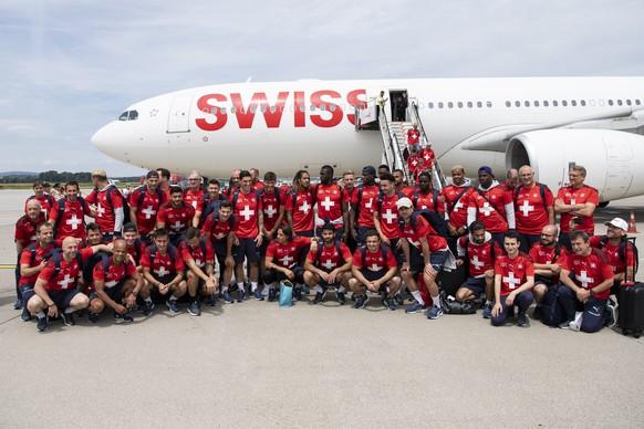 Die Spieler der Fussball-Nati werden nach ihrem Ausscheiden im Viertelfinal der EM 2020 gegen Spanien am Flughafen in Zürich empfangen.