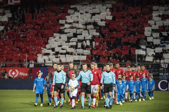The teams enter the pitchahead of the UEFA Euro 2020 qualifying Group D soccer match between Switzerland and Denmark, at the St. Jakob-Park stadium in Basel, Switzerland, Tuesday, March 26, 2019. (KEYSTONE/Alessandro della Valle)