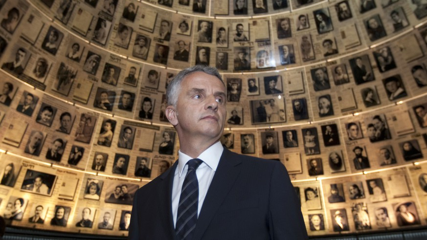 ZUM ANGEKUENDIGTEN RUECKTRITT VON BUNDESRAT DIDIER BURKHALTER PER DIENSTAG, 31. OKTOBER 2017, STELLEN WIR IHNEN FOLGENDES BILDMATERIAL ZUR VERFUEGUNG - Swiss Foreign Minister Didier Burkhalter visits the Hall of Names at the Yad Vashem Holocaust memorial in Jerusalem, Thursday, May 2, 2013. Burkhalter is on an official visit to the region. (KEYSTONE/AP Photo/Sebastian Scheiner)