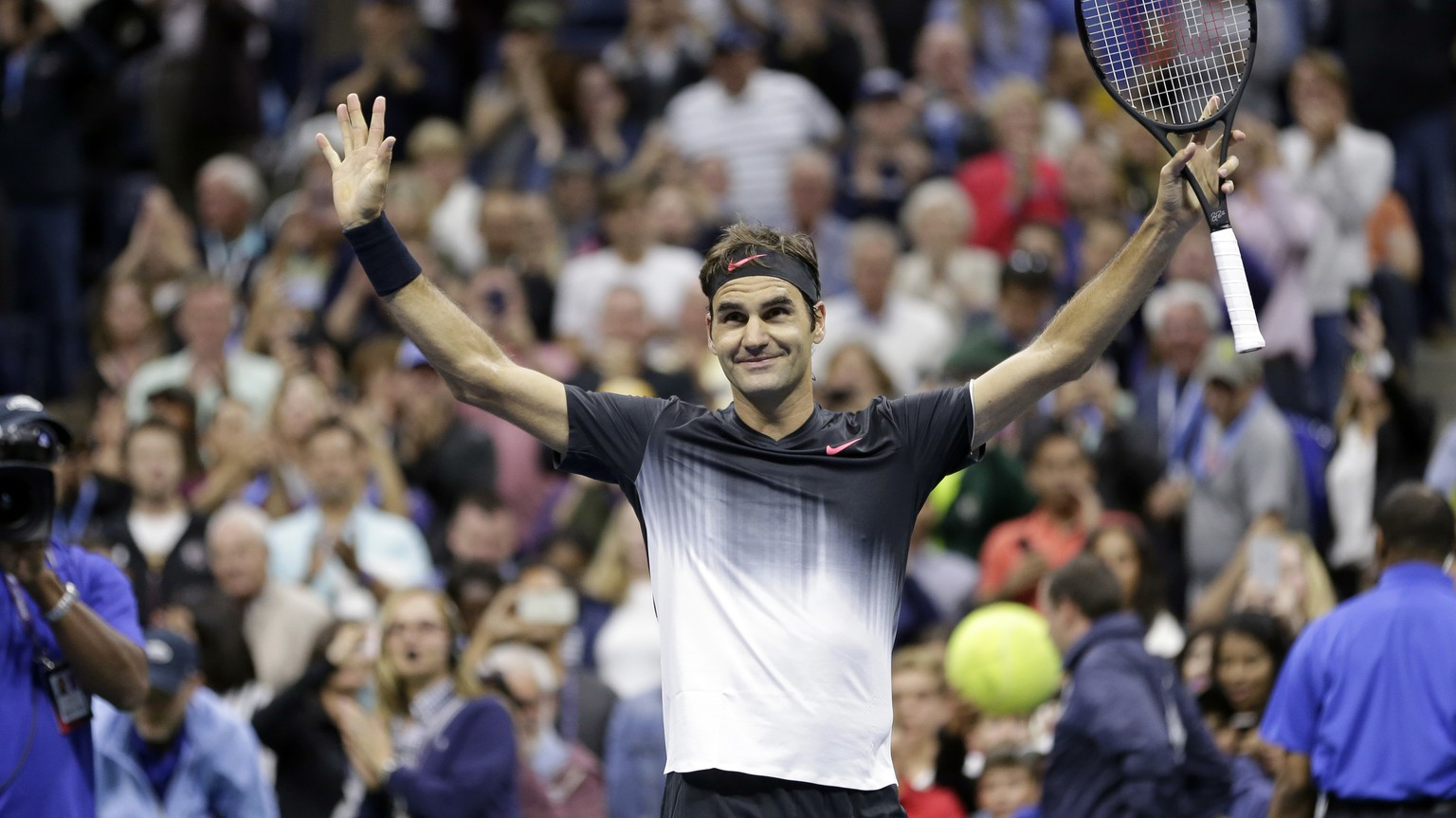 Roger Federer, of Switzerland, gestures to the crowd after defeating Feliciano Lopez, of Spain, during the U.S. Open tennis tournament in New York, Saturday, Sept. 2, 2017. (AP Photo/Seth Wenig)