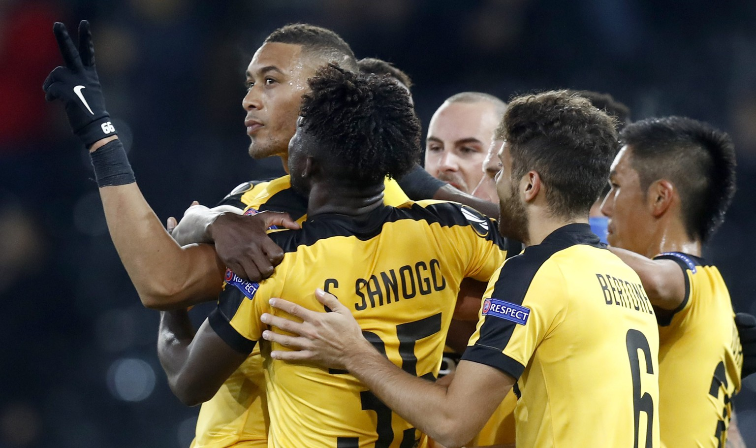 epa05595065 Bern's Guillaume Hoarau, left, celebrates with his teammates after scoring the 3-1 during the UEFA Europa League group B match between BSC Young Boys and APOEL Nicosia at the Stade de Suisse in Bern, Switzerland, 20 October 2016.  EPA/PETER KLAUNZER