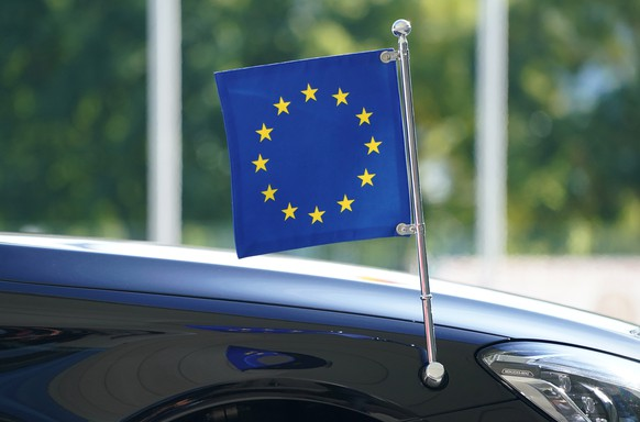 epa08677956 The EU flag at the car in which European Commission President Ursula von der Leyen arrives for talks with German Chancellor at the Chancellery in Berlin, Germany, 18 September 2020. The meeting is taking place under Germany's six-month presidency of the European Union Council.  EPA/Sean Gallup / POOL