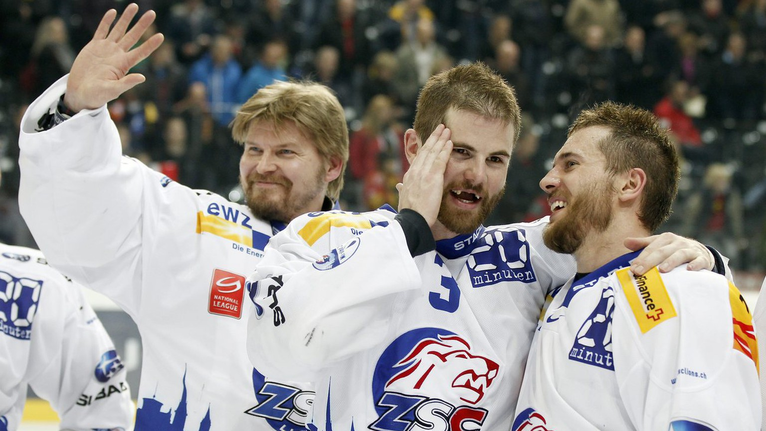 Von links: Die ZSC Spieler Ari Sulander, Steve McCarthy und Jeff Tambellini nach dem siebten Playoff-Finalspiel der National League A zwischen dem SC Bern und den ZSC Lions am Dienstag, 17. April 2012 in der Postfinance-Arena in Bern. (KEYSTONE/Peter Klaunzer)