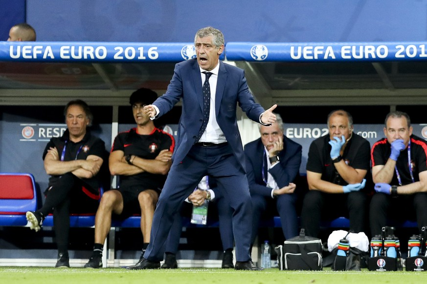 epa05411600 Portugal`s head coach Fernando Santos during the UEFA EURO 2016 semi final match between Portugal and Wales at Stade de Lyon in Lyon, France, 06 July 2016.