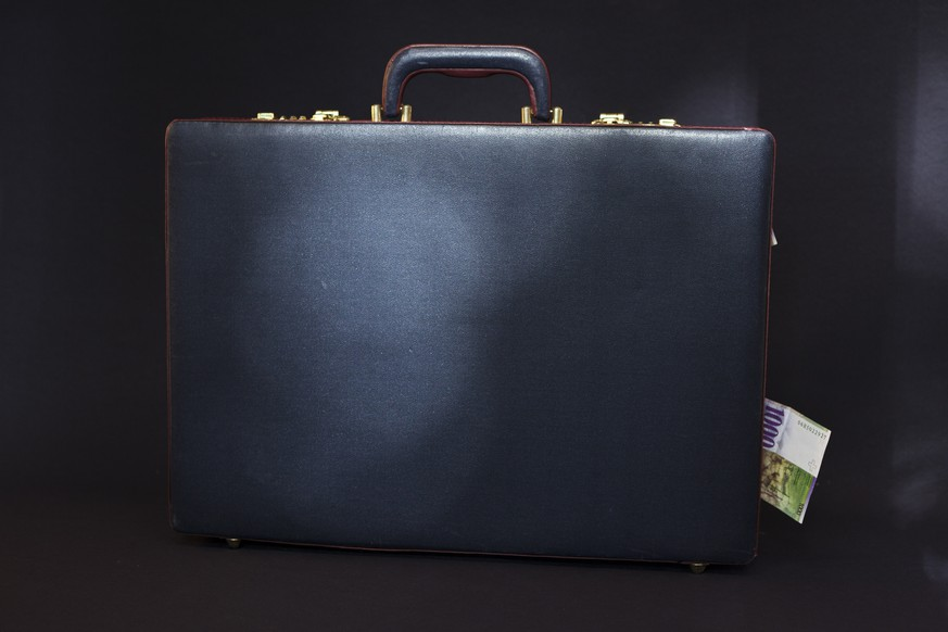 A briefcase with a banknote of 1000 Swiss Francs, pictured on July 21, 2011. (KEYSTONE/Martin Ruetschi)