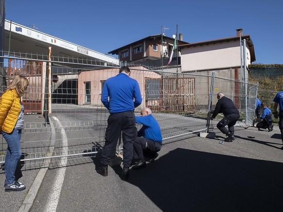 Kampf gegen das Coronavirus im Tessin: Grenzwächter schliessen den Grenzübergang San Pietro di Stabio, da der Grenzverkehr über grössere Posten laufen soll.