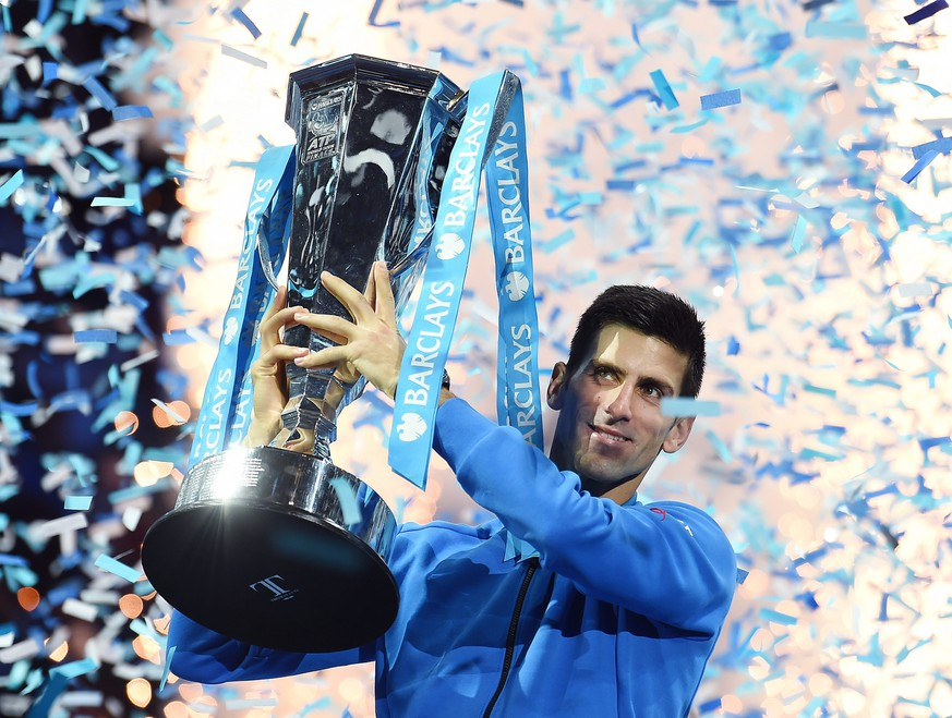 epa05037723 Serbia's Novak Djokovic lifts the ATP Tour Finals trophy following his two sets win over Switzerland's Roger Federer at the ATP Tour tennis finals tournament at the O2 Arena in London, Britain, 22 November 2015.  EPA/ANDY RAIN