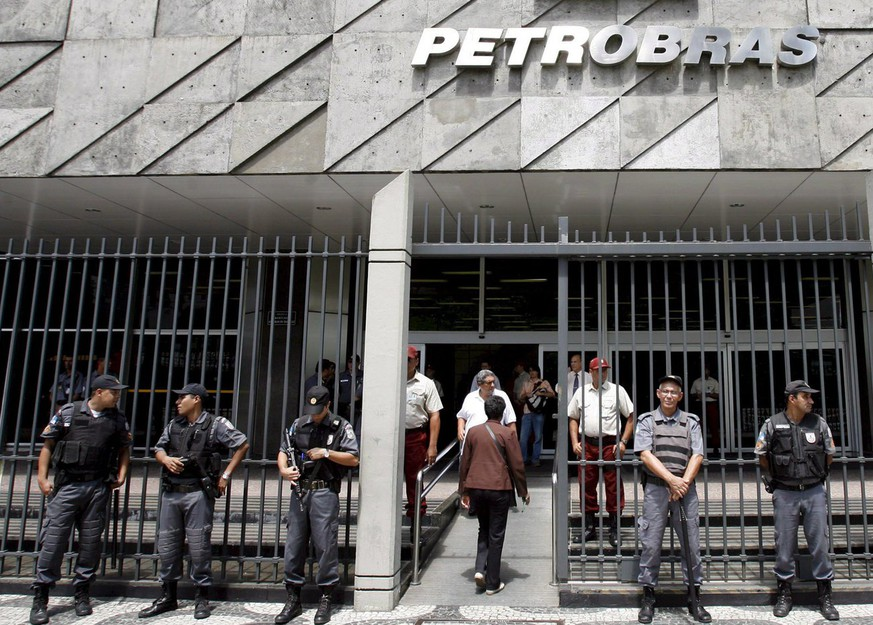 epa01284007 Police officers guard the entrance of the headquarters of the oil company Petrobras in Rio de Janeiro, Brazil, 13 March 2008, where several metallurgical employees participate in a protest to demand the platform P-62 to be built in the shipyard of Maua, in the city of Niteroi. According to the employees, if the platform is not builded at the shipyard, an estimated 3.000 people would be fired.  EPA/ANTONIO LACERDA