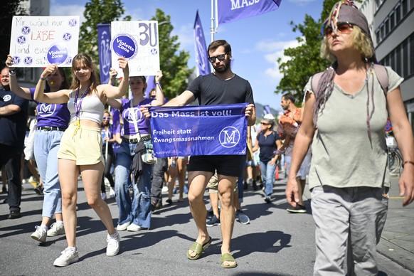 """Kundgebung von Corona-Massnahmegegnern, aufgenommen am Samstag, 4. September 2021, in Chur. Zur Demonstration hatte der Verein """"Stiller Protest"""" unter dem Motto """"Stoppt die Spaltung des Volkes"""" aufgerufen. (KEYSTONE/Gian Ehrenzeller)"""