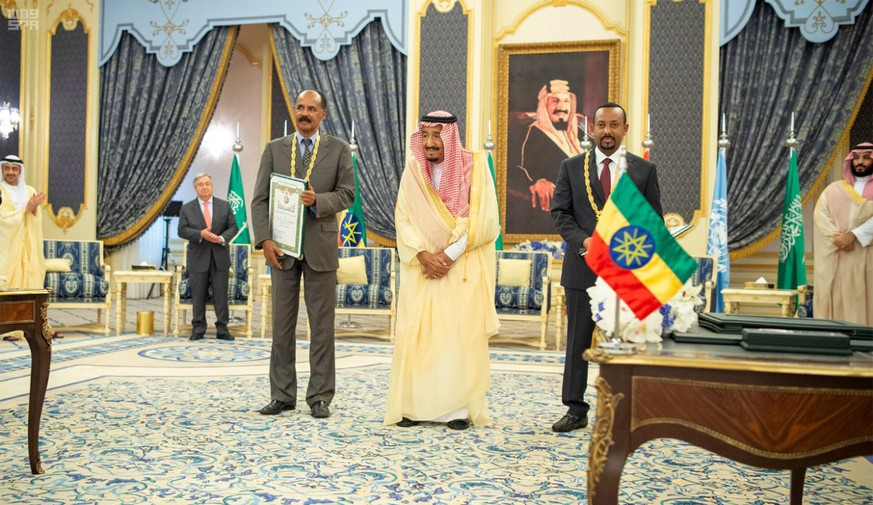 epa07025596 A handout photo made available by the official Saudi Press Agency (SPA) showing Saudi King  Salman bin  Abdulaziz  Al Saud (C) posing for a photo with Eritrean President Isaias Afwerki (L) and Ethiopian Prime Minister Abiy Ahmed (R) in Jeddah, Saudi Arabia, 16 September 2018. According to reports, the leaders of Ethiopia and Eritrea met with King Salman in Jeddah on 16 September to sign a peace deal between the Ethiopia and Eritrea to end a 20-year conflict between the two countries.  EPA/SAUDI PRESS AGENCY HANDOUT  HANDOUT EDITORIAL USE ONLY/NO SALES