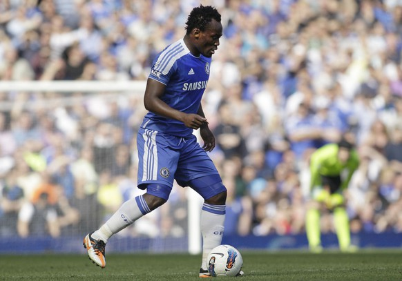Chelsea's Michael Essien plays against Tottenham Hotspur during their English Premier League soccer match at Stamford Bridge, London, Saturday, March 24, 2012. (AP Photo/Sang Tan) WO SPIELT HEUTE?