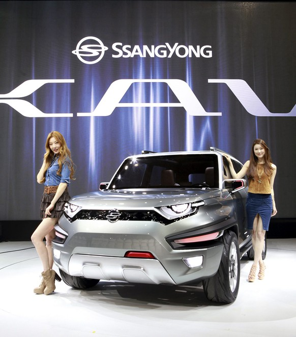 epa04689553 A handout picture made available by Ssangyong Motor shows models posing next to a XAV concept car by Ssangyong Motor Co., the local unit of Indian SUV maker Mahindra & Mahindra Ltd., during a press day event for the Seoul Motor Show at the Korea International Exhibition Center in Ilsan, just north of Seoul, South Korea, 02 April 2015.  EPA/SSANGYONG MOTOR SOUTH KOREA OUT HANDOUT EDITORIAL USE ONLY/NO SALES