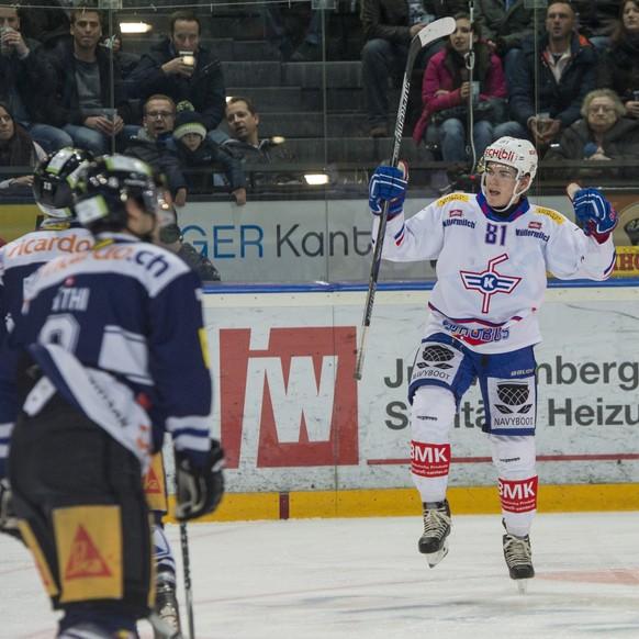 Robin Leone von Kloten jubelt, im Eishockey-Meisterschaftsspiel der National League A zwischen dem EV Zug und den Kloten Flyers, am Samstag, 13. Dezember 2014, in der Bossard Arena in Zug. (KEYSTONE/Sigi Tischler)
