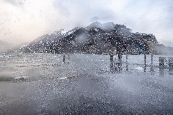 Der Sturm Sabine zieht mit seinen Windboeen ueber den Alpnachersee ans Ufer von Stansstad, am Montag, 10. Februar 2020. (KEYSTONE/Urs Flueeler)