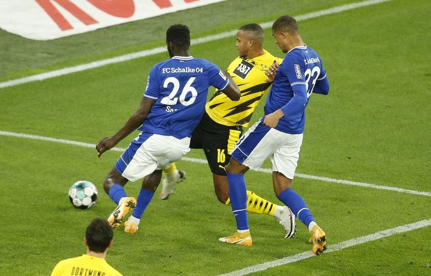 epa08771165 Dortmund's Manuel Akanji (C) scores the 1-0 lead during the German Bundesliga soccer match between Borussia Dortmund and FC Schalke 04 in Dortmund, Germany, 24 October 2020.  EPA/LEON KUEGELER / POOL CONDITIONS - ATTENTION: The DFL regulations prohibit any use of photographs as image sequences and/or quasi-video.