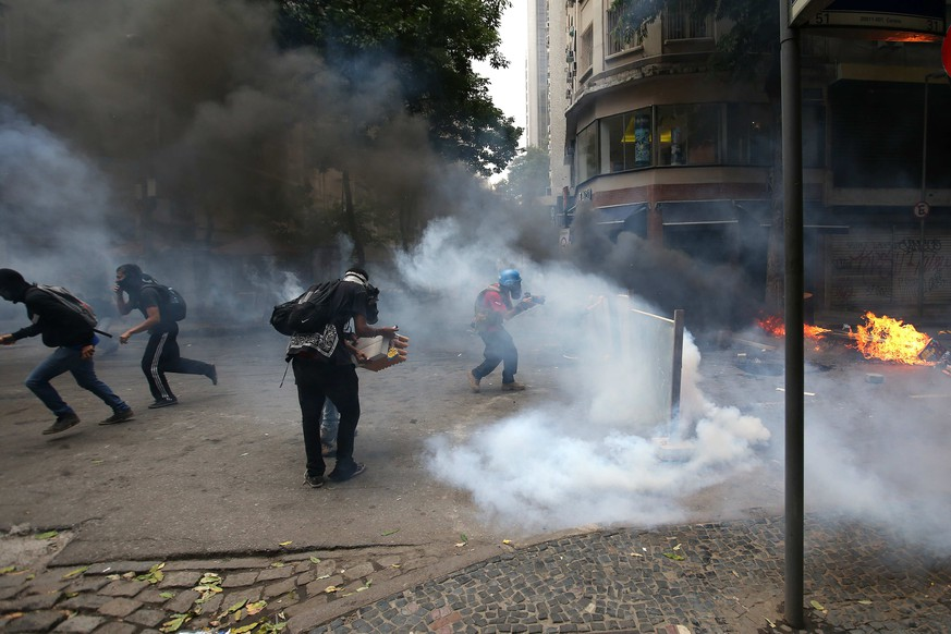 epa05781794 Protesters face off with police during a demonstration, in Rio de Janeiro, Brazil, 09 February 2017. The protesters are demonstrating against the government's austerity measures including a plan to privatize Rio de Janeiro's water supply,  EPA/Marcelo Sayao