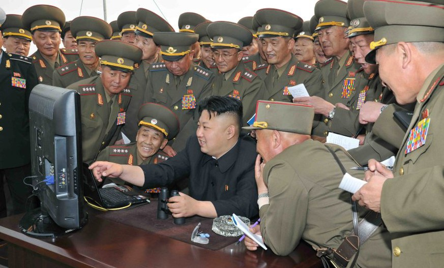 dpatopbilder epa04538557 (FILE) An undated handout picture released by the North Korean Central News Agency (KCNA) on 27 April 2014 shows North Korean leader Kim Jong-un (C) looking at a computer screen along with soldiers of a long-range artillery unit at an undisclosed location in North Korea. North Korea's internet connection to the outside world was cut for more than nine hours on 23 December 2014, experts said. The news prompted widespread speculation of an attack, possibly by the United States, after US President Obama promised a 'proportional response' to recent hacking against Sony Pictures. The attacks were followed by physical threats against cinemas scheduled to show Sony-produced comedy 'The Interview', in which an unflatteringly portrayed North Korean leader Kim Jong-un is the target of an assasination plot by US reporters working for the CIA. EPA/KCNA SOUTH KOREA OUT HANDOUT EDITORIAL USE ONLY/NO SALES *** Local Caption *** 51342740 +++(c) dpa - Bildfunk+++