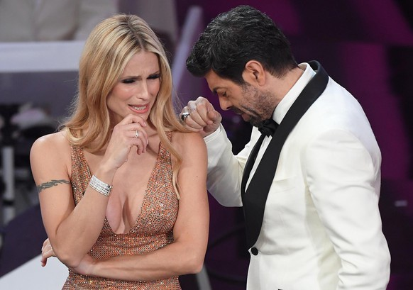 epa06512897 Swiss-Italian TV presenter Michelle Hunziker (L) and Italian actor Pierfrancesco Favino on stage during the 68th Sanremo Italian Song Festival at the Ariston theatre in Sanremo, Italy, 10 February 2018. The 68th edition of the television song contest runs from 06 to 10 February.  EPA/CLAUDIO ONORATI