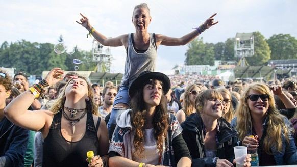 epa05427018 Festival-goers watch the performance of German reggae musician Tilmann Otto, better known by his stage name Gentleman, at the Gurten music open air festival in Bern, Switzerland, 15 July 2016. The Gurtenfestival runs from 14 to 17 July.  EPA/MANUEL LOPEZ   EDITORIAL USE ONLY