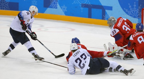 epa06548517 Ryan Donato (L) of USA in action against Pavel Fracouz (R) Goalkeeper of Czech Republic during the Mens play-offs Quarterfinals match inside the Gangneung Hockey Centre at the PyeongChang Winter Olympic Games 2018, in Gangneung, South Korea, 21 February 2018. The PyeongChang 2018 Winter Olympic Games, will run from 09 to 25 February 2018.  EPA/SRDJAN SUKI