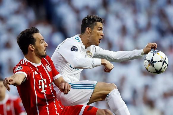 epa06705236 Bayern Munich's Mats Hummels (L) and Real Madrid's Cristiano Ronaldo (R) in action during the UEFA Champions League semi finals second leg match between Real Madrid and Bayern Munich at Santiago Bernabeu stadium in Madrid, Spain, 01 May 2018.  EPA/EMILIO NARANJO