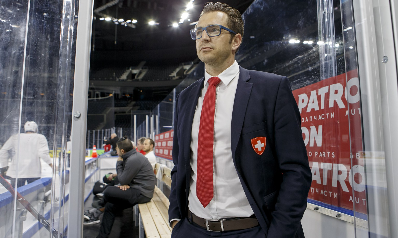 Raeto Raffainer, center, Director of National Teams of the Swiss Ice Hockey, looks the Switzerland's players, during a Swiss team training optional session of the IIHF 2018 World Championship, at the Royal Arena, in Copenhagen, Denmark, Friday, May 18, 2018. (KEYSTONE/Salvatore Di Nolfi)