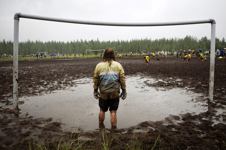 epa02830424 A picture made available on 18 July 2011 shows a goalkeeper watching a match during the Swamp Soccer Championships 2011 in Hyrynsalmi, Finland, 16 July 2011. Around 1,200 swamp soccer players in 117 teams competed in the two-day event in Hyrynsalmi.  EPA/JOHANNA KANNASMAA FINLAND OUT