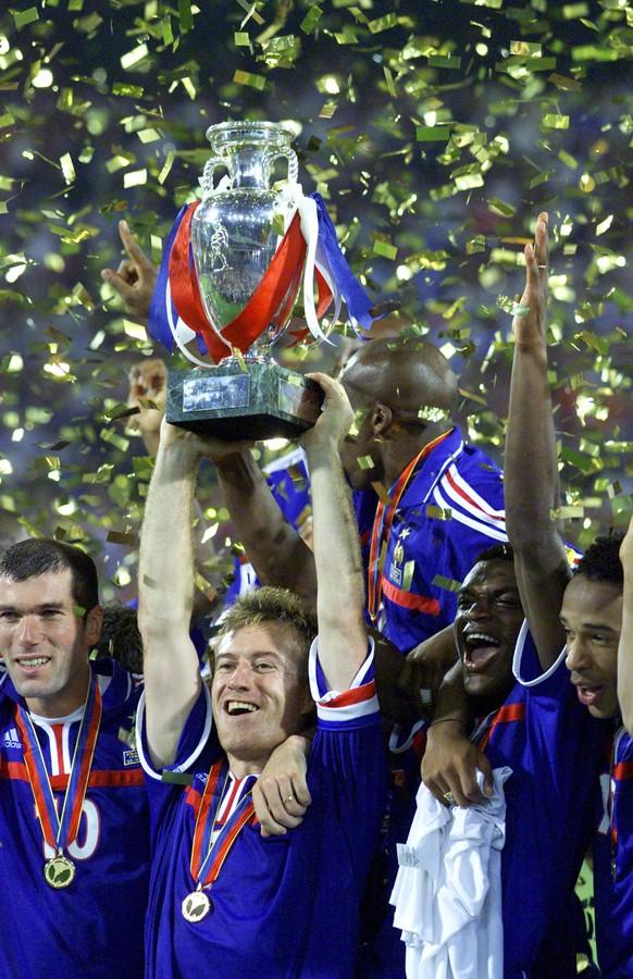ZUM SDA-TEXT UEBER DEN TRAINER DER FRANZOESISCHEN NATIONALMANNSCHAFT DIDIER DESCHAMPS AN DER FUSSBALL UEFA EURO 2016 IN FRANKREICH STELLEN WIR IHNEN FOLGENDES BILDMATERIAL ZUR VERFUEGUNG - French team captain Didier Deschamps holds aloft the trophy at the end of the final of The EURO 2000 Soccer Championships between France and Italy at the De Kuip Stadium in Rotterdam, The Netherlands Sunday July 2, 2000. France won the match 2-1 with a golden goal winner in extra-time. Other players are from left: Zinedine Zidane, Marcel Desailly and David Trezeguet.  (KEYSTONE/AP Photo/Thomas Kienzle)