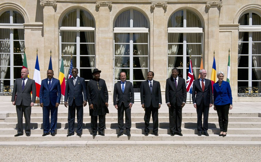 (L to R) Britain's Foreign Secretary William Hague, Niger's president Mahamadou Issoufou, Chad's president Idriss Deby Itno, Nigeria's president Goodluck Jonathan, France's president Francois Hollande, Cameroon's president Paul Biya, Benin's president Thomas Boni Yayi, European Council president Herman Van Rompuy, and US Under Secretary of State for Political Affairs Wendy Sherman pose for a photo during an African security summit to discuss the threat of Nigerian Islamist militant group Boko Haram to the regional stability, at the Elysee Palace in Paris on May 17, 2014. West African leaders met with French President Francois Hollande to bolster cooperation with Nigeria in its battle against Boko Haram Islamists after the abduction of 200 schoolgirls shocked the world.   AFP PHOTO / ALAIN JOCARD