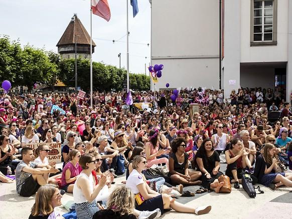 Gerammelt voll ein Platz auch in Luzern am Frauenstreikstag.