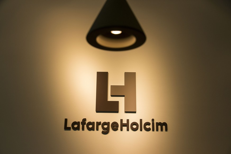 ARCHIV - ZUR URTEILSEROEFFNUNG AM BUNDESSTRAFGERICHT IM FALL VON INSIDERHANDEL BEI HOLCIM/LAFARGE, AM DIENSTAG, 19. DEZEMBER 2017, ERHALTEN SIE FOLGENDE ARCHIVBILDER ---- The new logo of LafargeHolcim at the welcome desk of the head quarters in Zurich, Switzerland, on Wednesday, 15 July 2015. LafargeHolcim today officially launched the new Group around the world and announced key elements of its ambitions for the future. (KEYSTONE/Patrick B. Kraemer)