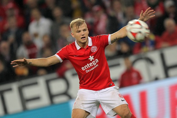 epa04419329 Mainz's Johannes Geis sees his free-kick bouncing back during the German Bundesliga soccer match between FSV Mainz 05 and TSG 1899 Hoffenheim in Mainz, Germany, 26 September 2014.  