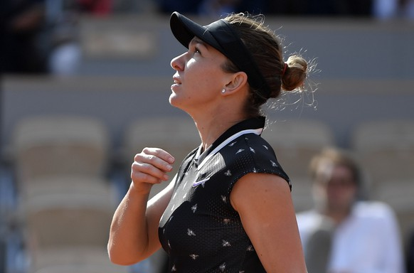 epa07622940 Simona Halep of Romania reacts after winning against Iga Swiatek of Poland their women's round of 16 match during the French Open tennis tournament at Roland Garros in Paris, France, 03 June 2019.  EPA/JULIEN DE ROSA
