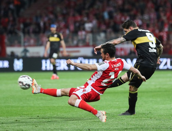 epa07606603 Union's Manuel Schmiedebach (L) in action against Stuttgart's Steven Zuber during the German Bundesliga relegation play-off second leg soccer match between 1. FC Union Berlin and VfB Stuttgart, in Berlin, Germany, 27 May 2019.  EPA/FELIPE TRUEBA CONDITIONS - ATTENTION: The DFL regulations prohibit any use of photographs as image sequences and/or quasi-video