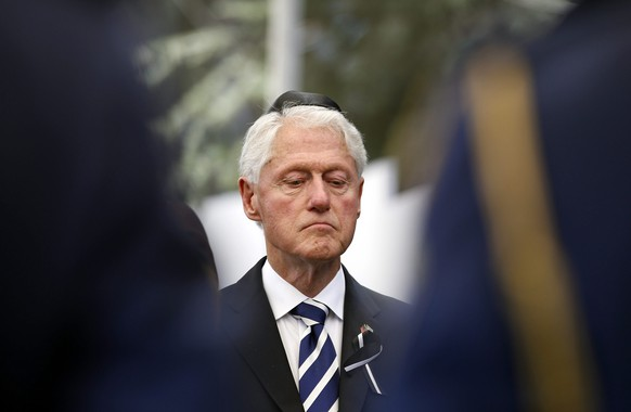 epa05563513 Former US Presidnt Bill Clinton observes a moment of silence during the burial ceremony of former Israeli President and Nobel Peace Prize winner, Shimon Peres, at Mount Herzl National Cemetery, Jerusalem, Israel, 30 September 2016. Peres died on September 28 at age 93.  EPA/RONEN ZVULUN / POOL
